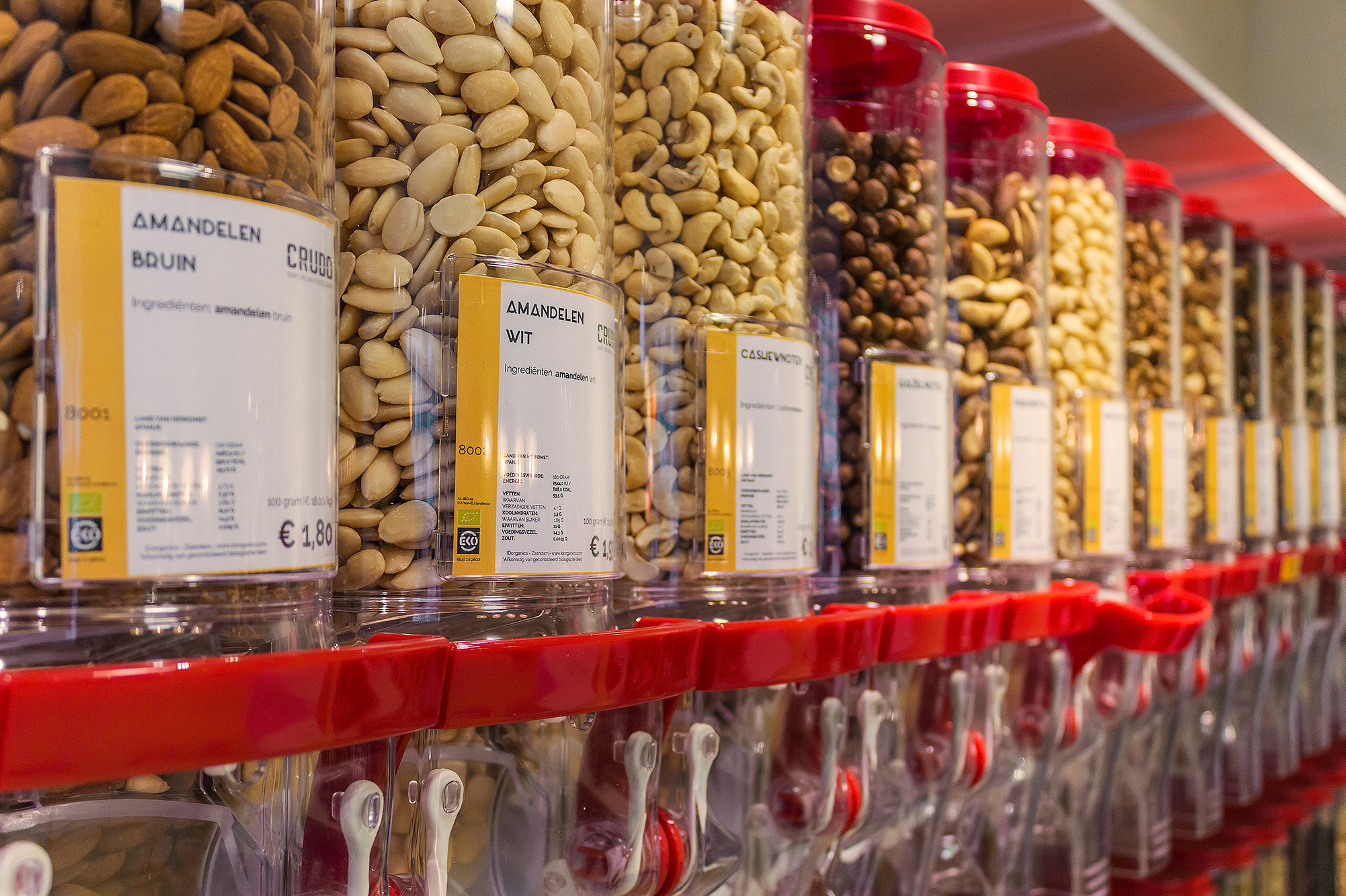 Get your own mix of nuts from the bulkbins at Crudo. © Mike van Putten